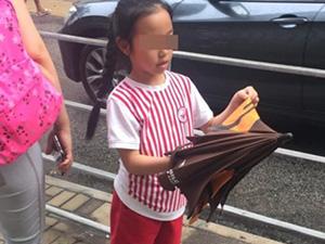 赵薇派保姆车送女儿开学 小四月衣着简单大