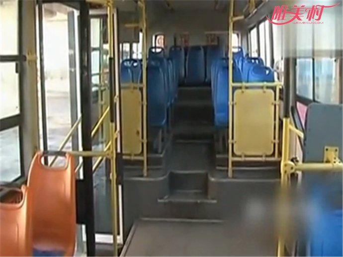 女子公交撒尿泼司机