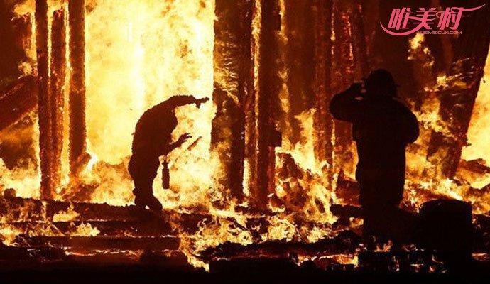 男子跳入火堆中惨死