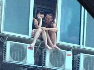 小两口坐窗户上谈情 用生命在秀恩爱现场惊魂令人为其捏把冷汗