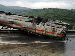 云南昆石高速4车相撞 目前已造成四人死亡