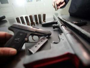 报警说家里藏枪没想到真有 本想吓唬老公却弄假成真被抓