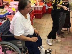洪金宝坐轮椅去市场买菜 一代功夫之星因脚患坐上轮椅引心酸