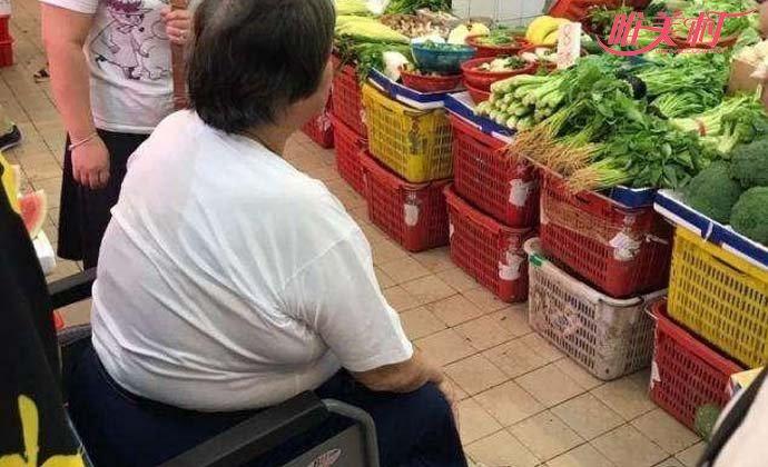 洪金宝坐轮椅去市场买菜