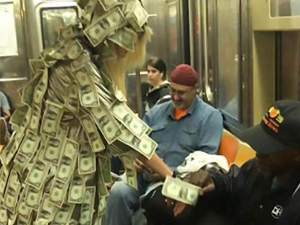 女模特穿钱大衣坐地铁 身上美金乘客随便拿