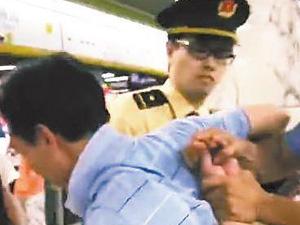 猥琐男地铁故意裸露下体 胆大包天做出变态