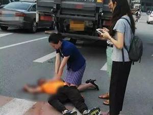 空姐跪地半小时救受伤男子 可惜没救活现场