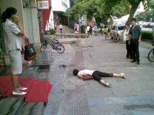 女子在地面爬行 举动惊人疑似患有精神病