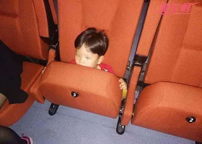 男孩被座椅吞下