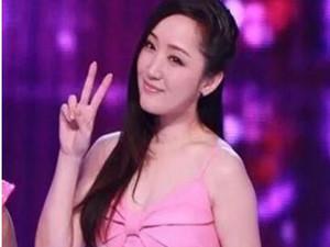 46岁杨钰莹真空上阵 性感低胸吸引各方眼球