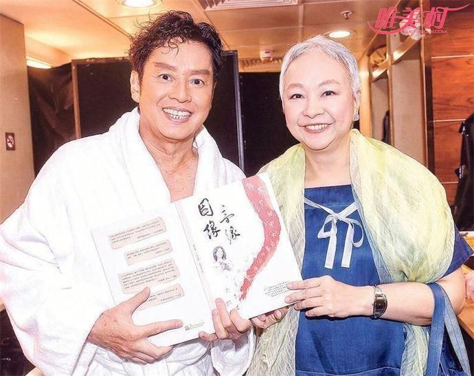 60岁香港才女歌手陈秋霞与谭咏麟合影