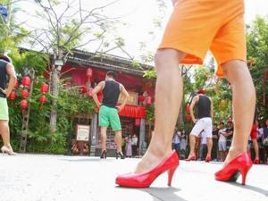 海南三亚高跟鞋大作战 现场男生尬舞画风清奇