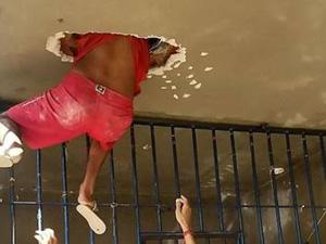 监狱囚犯试图越狱 不料被卡在天花板上动弹