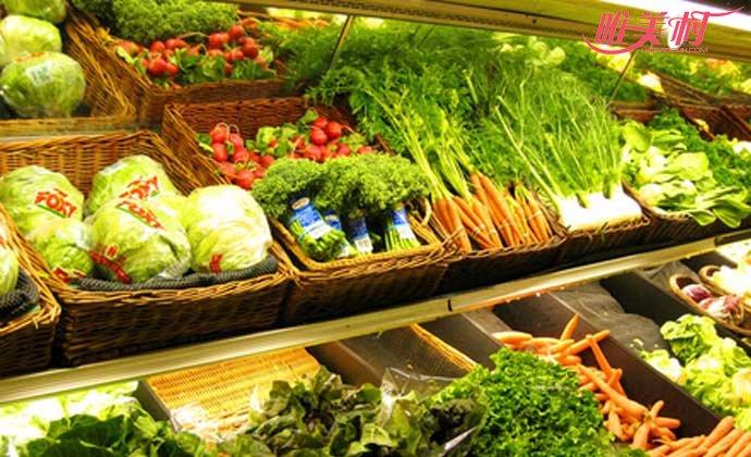 超市女子泡蔬菜浴
