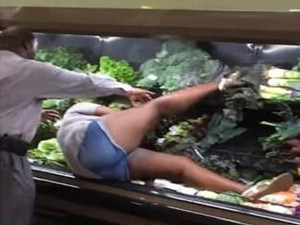 美国超市惊现奇怪女子 旁若无人地泡蔬菜浴