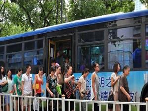 土豪乘客坐公交 连投2700元为乘客买票是有苦因