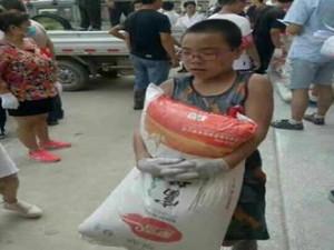 12岁志愿者累瘫照片走红 小小年纪有一颗大大的爱心