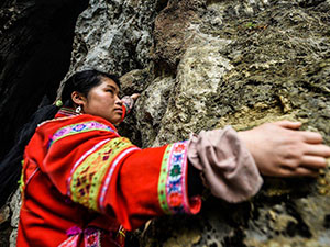 女子徒手攀爬绝壁 中国蜘蛛女侠的别样风采令人惊叹