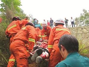 工人施工时路面发生塌陷 一工人掉落山崖头