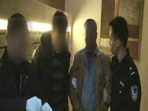 冒充警察抢劫外籍人士 用假毒品去进行敲诈