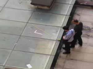 女子凌晨从8楼坠亡 一死解脱但孩子何其凄凉