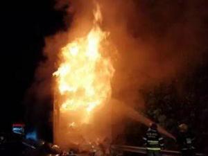 百万元京东快递货车起火 燃起熊熊烈火19吨货物被烧精光