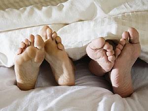 装摄像头拍到丈夫出轨 妻子升职调离丈夫怀里躺别的女人