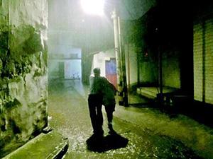大雨夜警察搂护照片热传 背后故事如照片一般令人动容