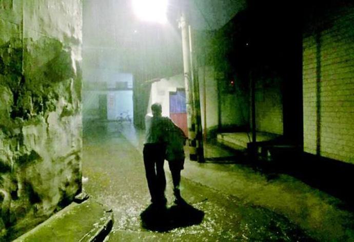 大雨夜警察搂护照片热传