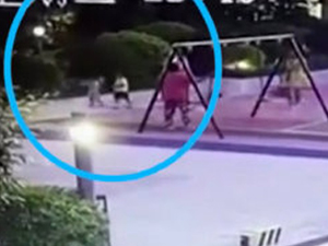 """女子穿高跟鞋踹2岁女童 因玩具起争执""""百米冲刺""""狠踹倒地"""