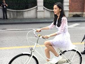网友偶遇Baby骑车 辣妈杨颖白裙飘飘四肢纤细美上天