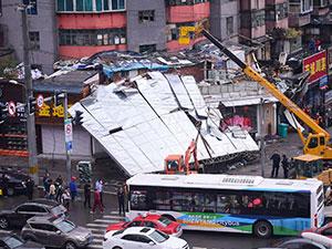 沈阳巨型广告牌被风吹落 砸毁3辆汽车壮观场面引人围观