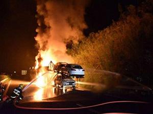 载15辆轿车挂车起火 火势蔓延极快现已被扑