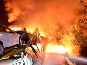 载15辆轿车挂车起火 熊熊大火把12辆车焚烧