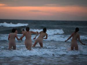 英国数百男女集体裸泳 场面香艳美胸翘臀引爆眼球