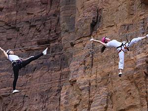 美女高空钢丝上练瑜伽 200米悬崖上秀高难度动作心惊肉跳