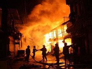 浙江台州民房起火致数十人伤亡 现场熊熊大火浓烟滚滚
