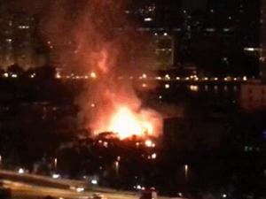 广州沙面岛火灾 火光滔天浓烟弥漫屋顶被烧