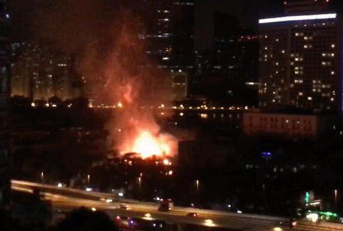 广州沙面岛火灾 火光滔天浓烟弥漫屋顶被烧穿令人咋舌