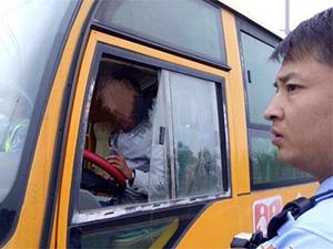 男子清晨醉驾 车上竟载有18名幼儿幸未造成严重事故