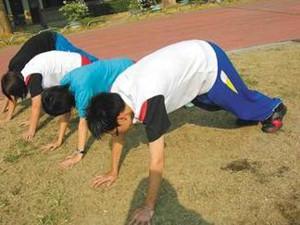 日本高中生霸凌讲课老师 拳脚相加同班同学竟一旁起哄