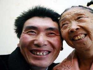 71岁老太整容嫁39岁小伙 丈夫不顾家人反对被驱赶出门