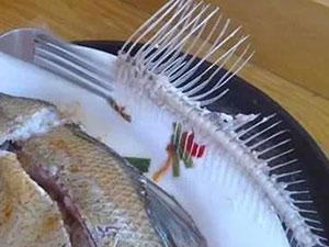 女子吃饭误吞鱼刺死亡 手术4次全身血液几乎