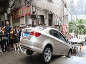 女司机被卡石梯上 是导航的错还是女子不熟悉家乡路线的梗