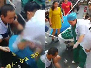 女子国庆游玩街头产子 婆婆急坏幸众人帮忙母子平安