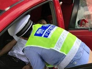男子被堵10小时晕倒 高速路上被堵晕吓死交警