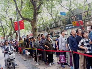 上海市民排长龙买月饼 市民自带凳子部分出现混乱惊动警方