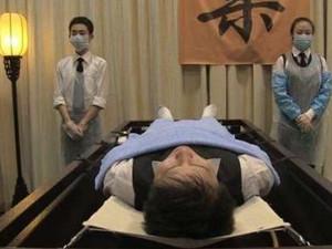 17岁少女当殡仪师 每天与尸体打交道仍欣然面对