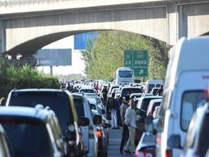 国庆高速变停车场 那大家都在高速路上自寻