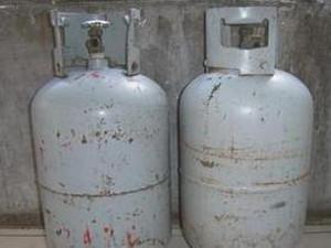 男子失控点燃煤气罐 警察抱起滚烫的煤气罐往人群外冲